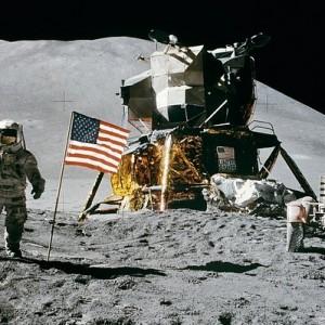 kosmos - astronauci na księżycu