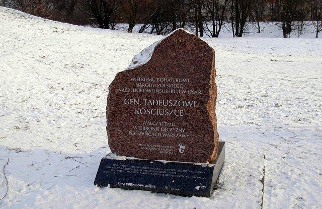 U podnóża kamienia spoczęła urna z ziemią z miejsca urodzenia Naczelnika