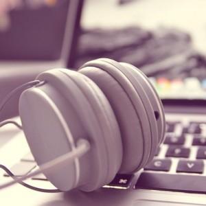 komputer słuchawki