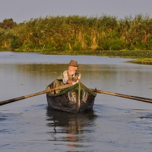 starszy pan na łódce