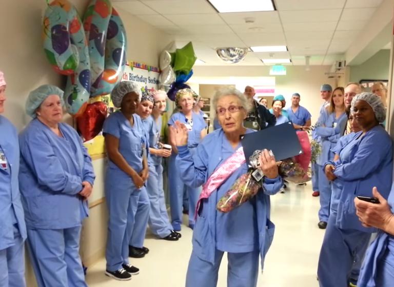 """Florence """"SeeSee"""" Rigney, najstarsza pracująca pielęgniarka w USA. Fot. Martie Schultz/Youtube.com"""