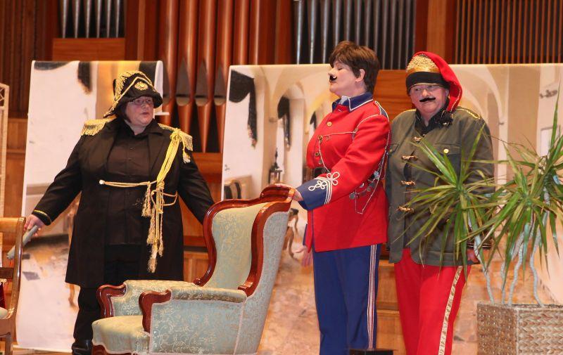 Aktorki z Grupy Teatralnej przy Kole Gospodyń Wiejskich w Lisewie Kościelnym pektaklu w Filharmonii Pomorskiej
