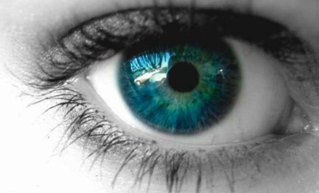 Oko z intensywnie niebieską tęczówką