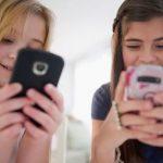 Coraz częściej zdarza się, że dzieci mają własne telefony na długo przed tym zanim nauczą się płynnie czytać i pisać.