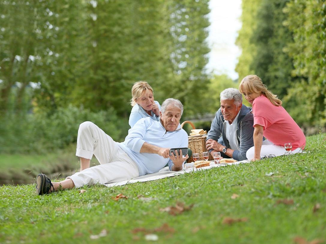 Nietrzymanie moczu u osób starszych – przyczyny i leczenie