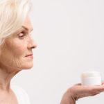 Jak dbać o szyję i dekolt seniorki