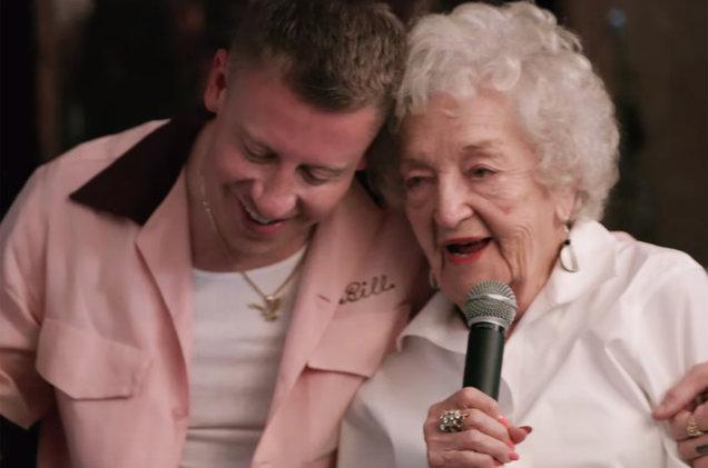 babcia w teledysku