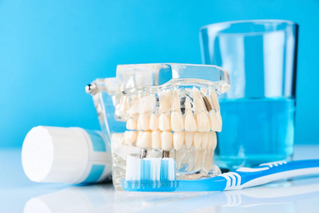 Czym czyścić protezy zębowe: tabletki, pasta, szczoteczka?