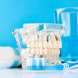 czym czyścić protezy zębowe