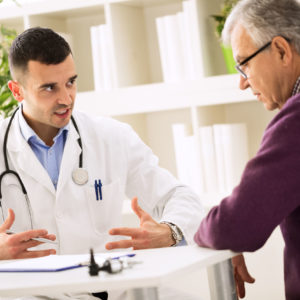 Odparzenia w pachwinach,, wizyta u lekarza, senior u lekarza