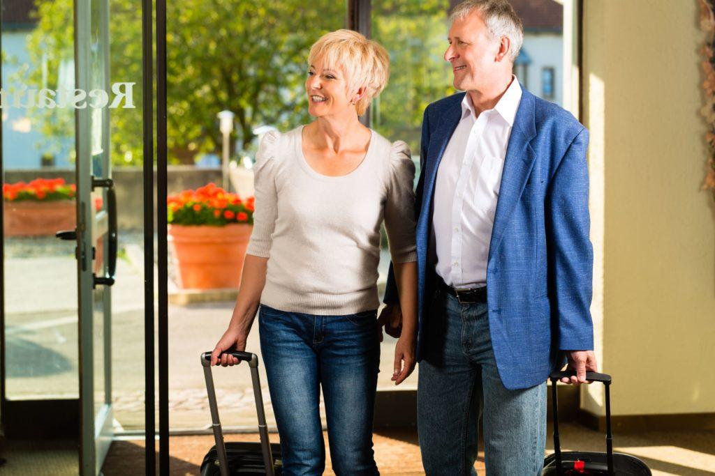 bagaż podręczny, senior w podróży, samolot, wakacje, wyjazd