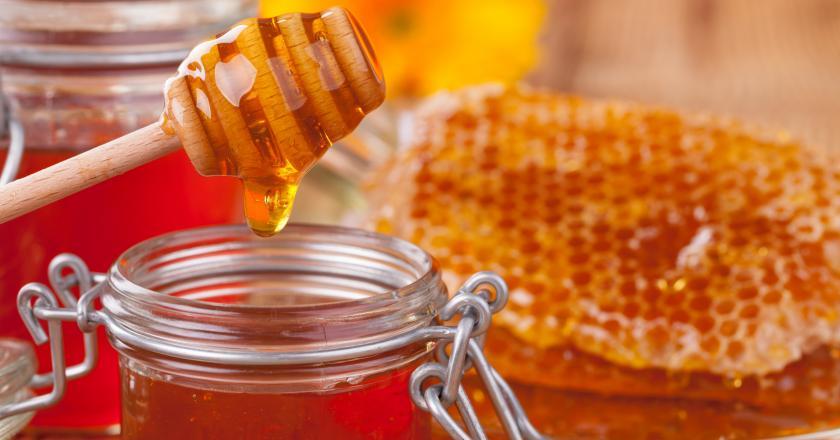 miód z kurkumą , domowe sposoby na przeziębienie