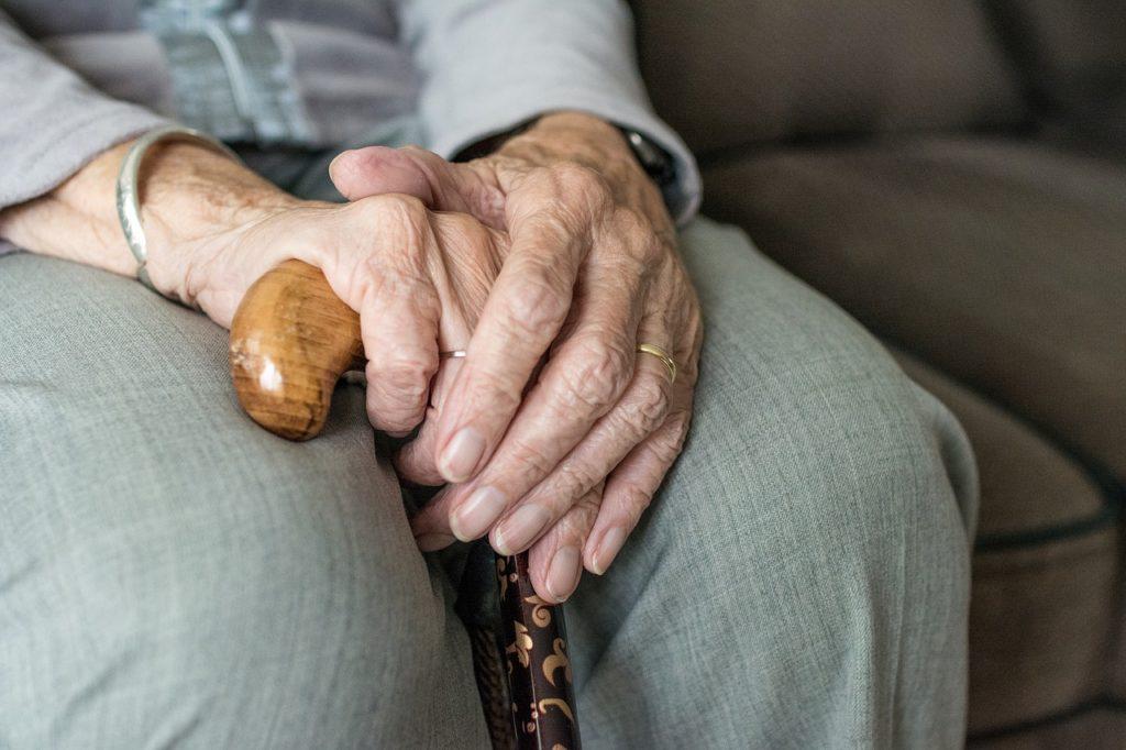 Senior z laską inwalidzką